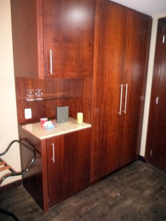 Caesar Business Belo Horizonte Belvedere: armário com cofre e frigobar