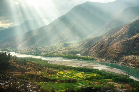 Shangri-La County, Çin: A bend in the Yangtze River...beautiful views abound in Shangri-La