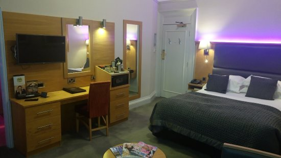 The Crown Spa Hotel: Good hospitality tray and flat screen tv