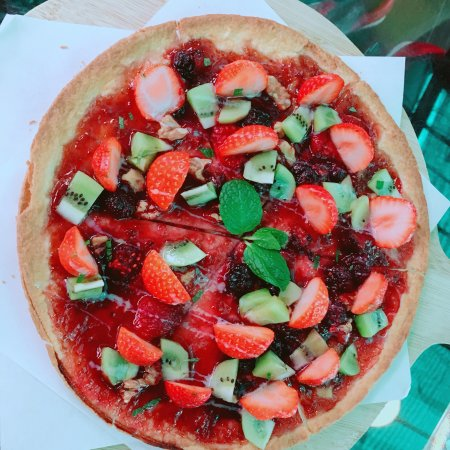 Neihu, Taipei: AM 10:30到來採草莓的人非常多,莓圃很乾淨,旁邊有餐廳,拔完草莓後還可以吃午餐,草莓Pizza及草莓蛋糕不錯吃,用餐環境乾淨愉快❤️親子可ㄧ起玩喔