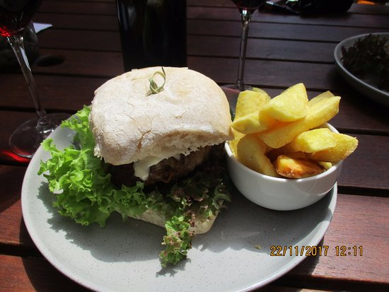 Richmond, نيوزيلندا: Venison burger and fries
