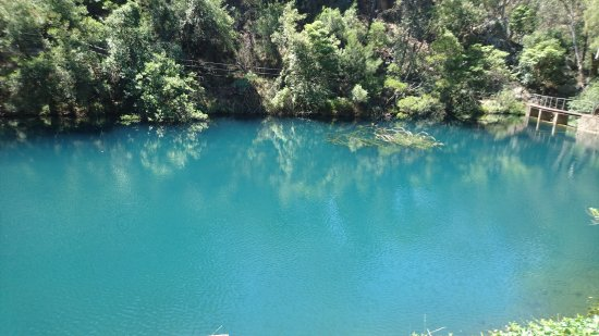 Blue Lake: 青く濁った池の水