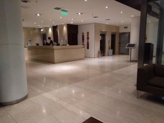 Dazzler San Martin: O hall de entrada do hotel é bem bonito.