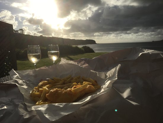 Omapere, Nueva Zelanda: Fish and chips and a cheeky Sauvignon Blanc whilst viewing the sunset.