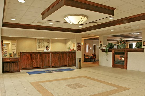Holiday Inn Express Woonsocket: Lobby