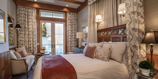 The Chanler at Cliff Walk: The recently renovated Peonies & Ivy room features neutral tones and textured seagrass wallpaper