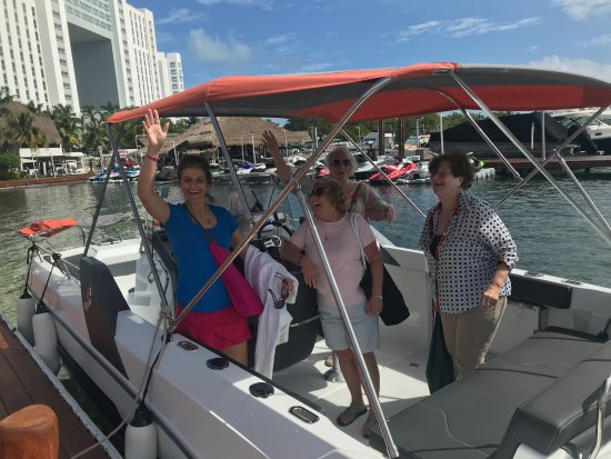 Sunset Marina Resort & Yacht Club: boat ride across lagoon to royal Sunset was so fun