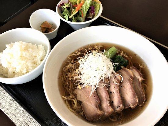 Harry's Cafe: 叉焼湯麺(広東風しょう油ラーメン)ランチでもディナーご賞味いただけます。