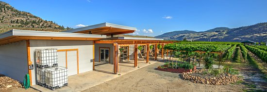 Oliver, Canada: Tasting room patio