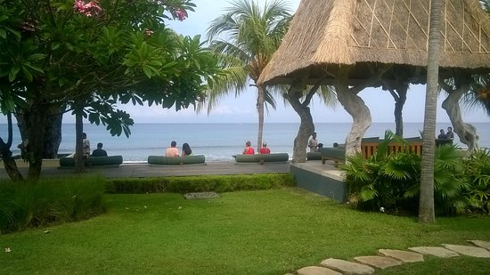 Qunci Villas Hotel: Relaxing breakfast at the beach side