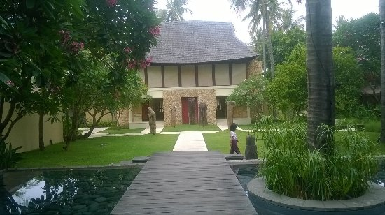 Qunci Villas Hotel: Serenity at the reception and entrance