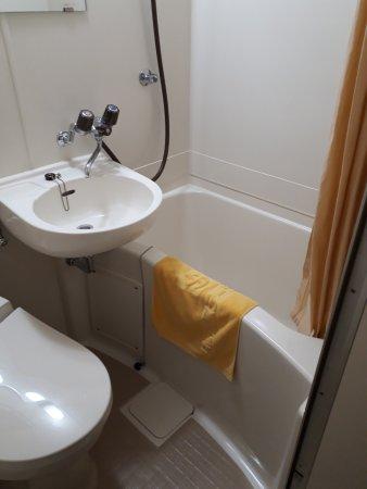 Fukuyama Station Inn: バスルームもユニットですが、」清潔に保たれています。