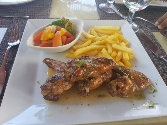 Eden Island, Seychellerna: (Not so) spicy chicken served with steamed vegetables and fries