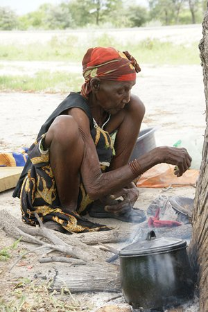 Caprivi Region, Namibia: kokende vrouw langs de weg