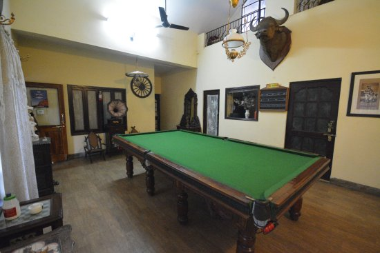 Newtons Manor: POOL TABLE TO PLAY
