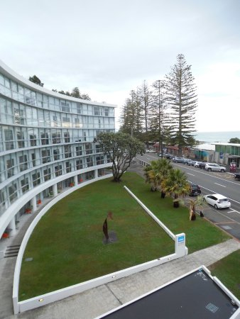 Scenic Hotel Te Pania: The curved hotel