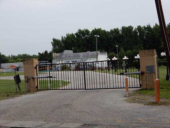 Hamer, SC: Main gate to campground