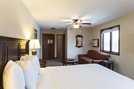 Northfield, MN: Large Room: 1 Queen bed with Sofa Sleeper