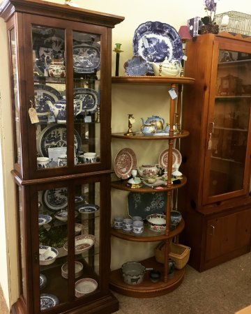 Mixie's Antiques & Collectibles Mall: Curio Cabinets