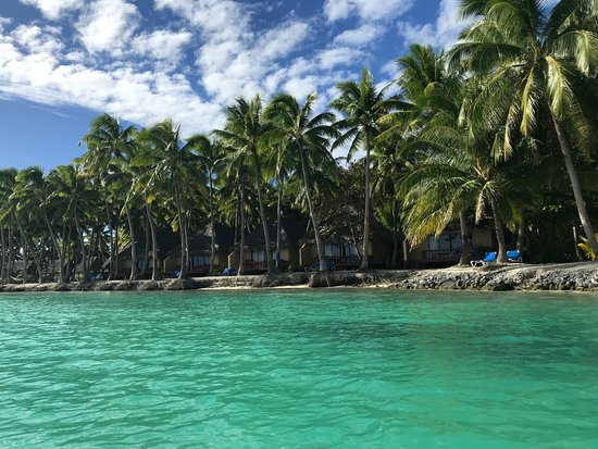 Aitutaki Lagoon Resort & Spa: View of the deluxe beach front bungalows from the water