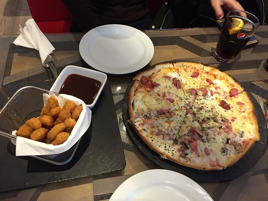 Retamar, España: Pizza mitad carbonara mitad salchichas y fingers de pollo con salsa barbacoa