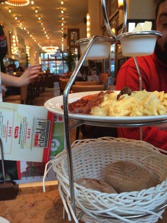 Cafe Extrablatt: Cesta com pães, manteiga, ovos mexidos e bacon.