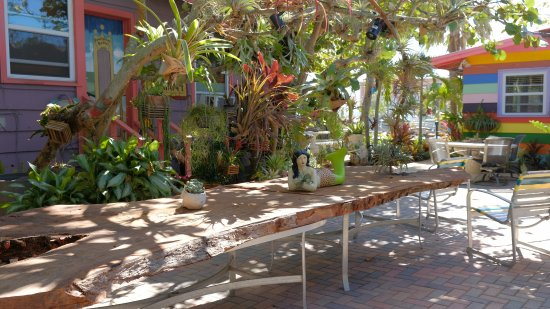 Beachpoint Cottages: Large shady patio area with numerous tables for enjoying a meal or a cool tropical drink.