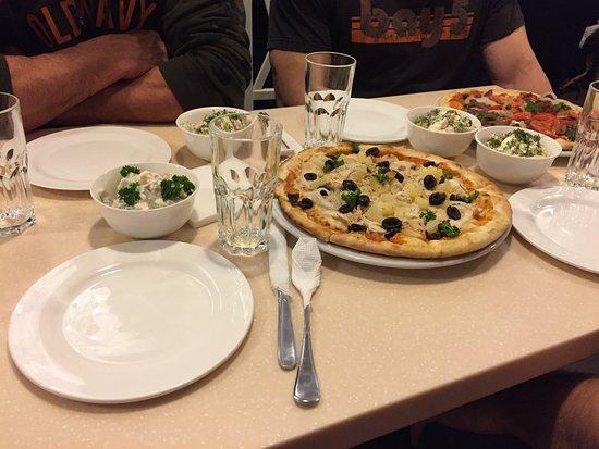 Melitopol, Ukraina: Pizza and salads
