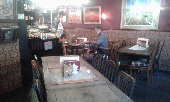Cafe Wohnzimmer: Verschieden Große Tischgruppen Für Kleine Oder Große  Gästegruppen Bis Max 8 Ps.