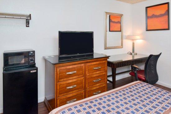 Delano, CA: One Queen Bed