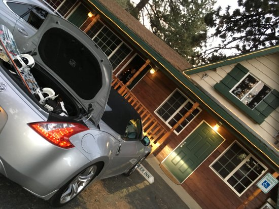 Wrightwood, CA: Parking lot and front of cabin