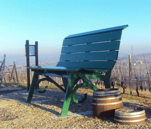 Neive, Italy: Panchina Gigante Verde Smeraldo