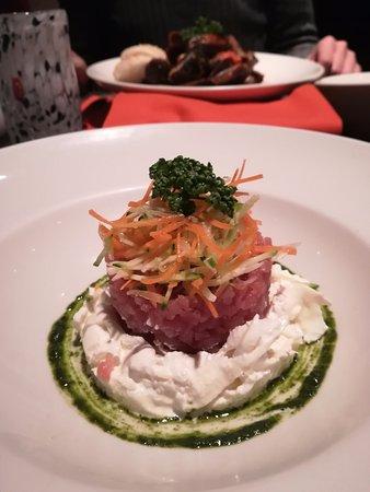 Impronta Cafe: Tartare di tonno rosso su letto di burrata e pesto di Basilico