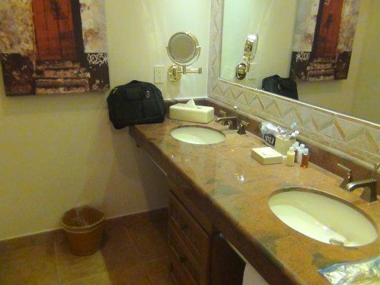 The Royal Haciendas All Suites Resort & Spa: Lavatorio abierto separado de ducha e inodoro
