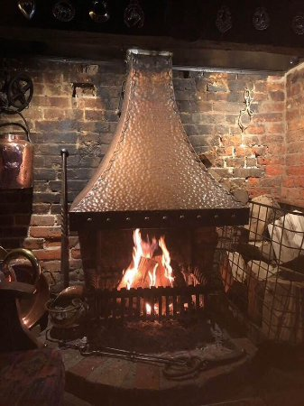 Nuthampstead, UK: Our fire will warm your cockles on a cold day