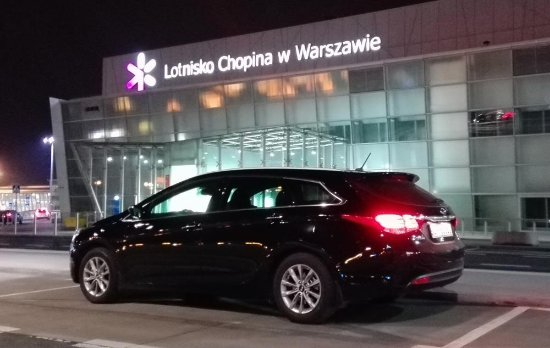 Opole, Polônia: Jeden z samochodów aeroBUS.pl na Lotnisku w Warszawie