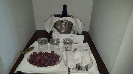 Parador de Carmona: detalle por nuestro aniversario, ojo, la botella es agua