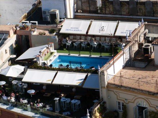 Hotel Dona Maria: la terrasse et la piscine de l'hôtel vue depuis la Giralda