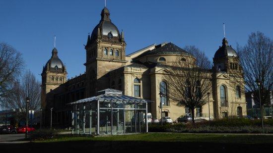 Historische Stadthalle Wuppertal: Blick von der Schwebebahnstation kommend