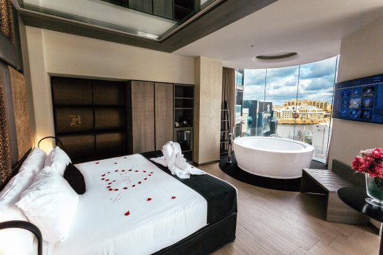 Luxury jacuzzi suite picture of hugo 39 s boutique hotel for Hotel design jacuzzi