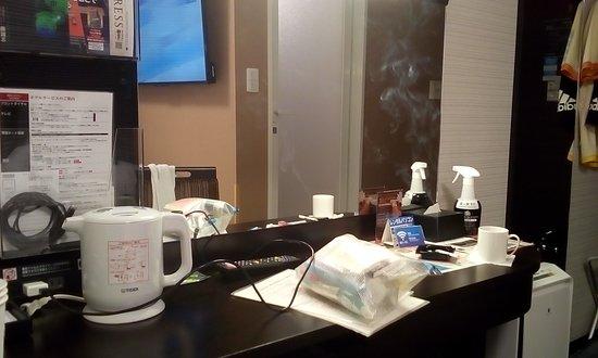 APA Hotel Fukushima Ekimae: デスク&ポット&鏡。