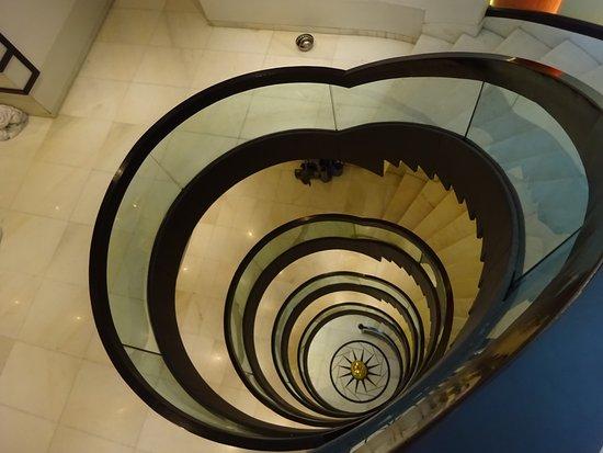 Grand Godwin Hotel: 5階かららせん状の階段を覗き見る