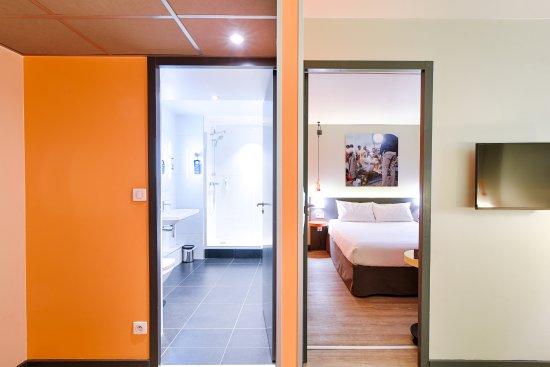 Ibis Styles Lyon Centre Confluence: Vue chambre & sdb suite 1er étage
