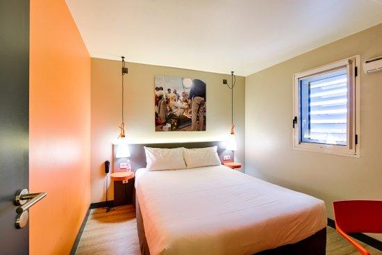 Ibis Styles Lyon Centre Confluence: Chambre de la suite du 1er étage