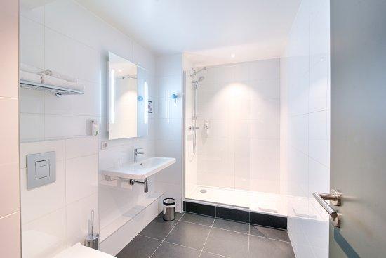 Ibis Styles Lyon Centre Confluence: Salle de bains de la suite du 1er étage