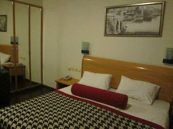 Doppelbett, Schrank - Picture of Astoria Galilee Hotel - Tiberias ...