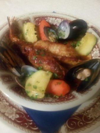 Cavaso del Tomba, Italia: Rana Pescatrice al forno su guazzetto di verdure e frutti di mare