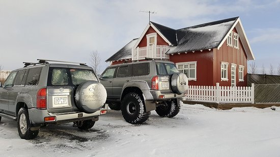 Selfoss, Island: Super jeep and the red house with a nice hot tube