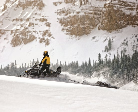 Saint-Raymond, Kanada: Snowmobile in the mountain