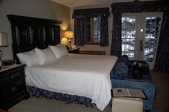 Couples Resort: Jr. Suite #45 Kingsize bed, horrible down filled pillows.